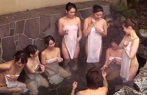 巨乳おばさんと温泉混浴w男子大学生に興奮したおばちゃんたちは誘惑痴女プレイで久々の痙攣アクメ!