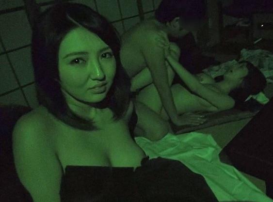 【人妻スワッピング盗撮】温泉デートに来た奥様を寝取りw乱交セックスでおじさんとおばさんが乱れもだえまくるw