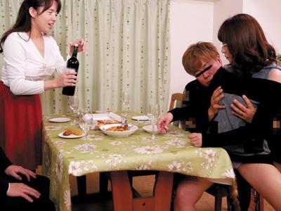 【スワッピング】家族泥酔パーティで淫乱乱交プレイw爆乳揺らして人前で騎乗位!デカチン巨根で寝取りプレイだ!