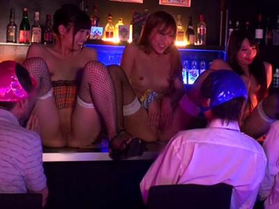 《ギャル痴女》『おチンチン欲しいなぁ・・・♡』パイパン露出なギャル美少女店員企画!美乳おっぱい丸出しでデカチン巨根おねだりw
