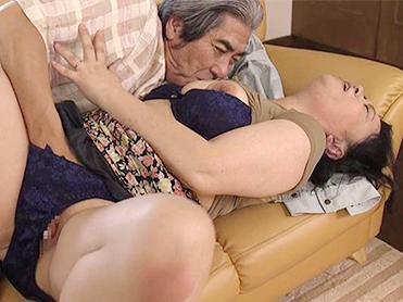 巨乳還暦おばさんがおじさんと不倫セックス