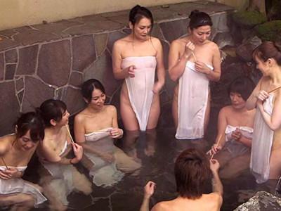 熟女な爆乳おばさんと温泉混浴!デカチン巨根に発情お姉さんと浮気NTRハメでアクメ痙攣w