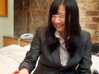 【素人OL】『同僚と泊まるんですか?!ww』スーツ着衣の美乳な美少女のラブホ企画
